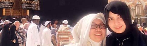 Manohara dan Ibunya saat di Tanah Suci